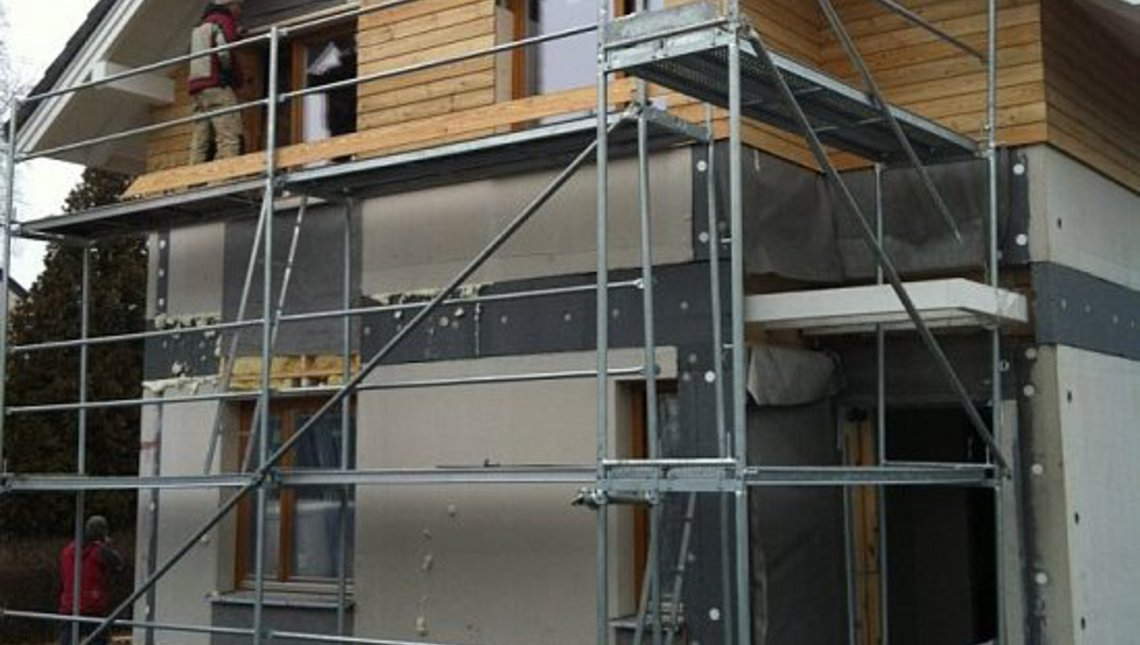 Двухэтажный энергосберегающий коттедж для узкого участка