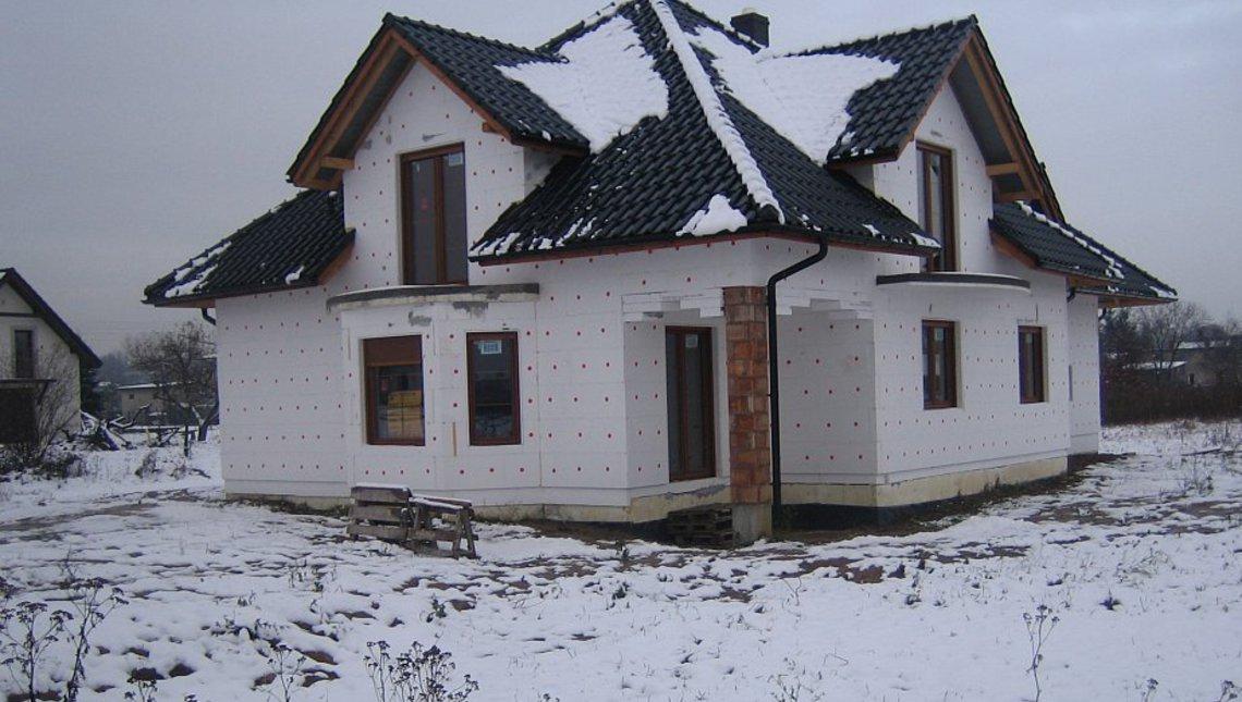 Проект симпатичного дома с балконами