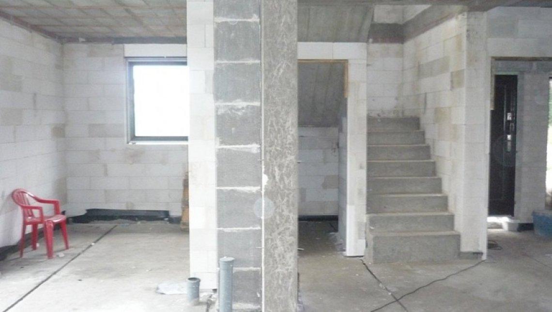 Компактный коттедж с балконом над эркером в столовой