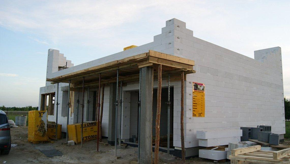 Привлекательный проект современного коттеджа с гаражом